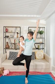 女性の手で赤ちゃんと一緒に運動