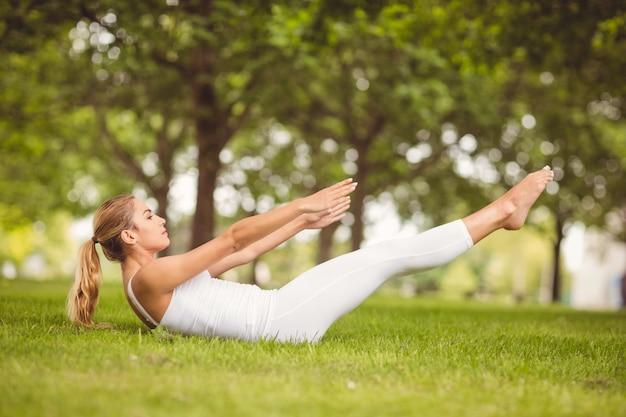 Женщина, занимающаяся поднятием ног