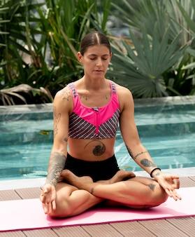 Женщина, осуществляющая положение йоги