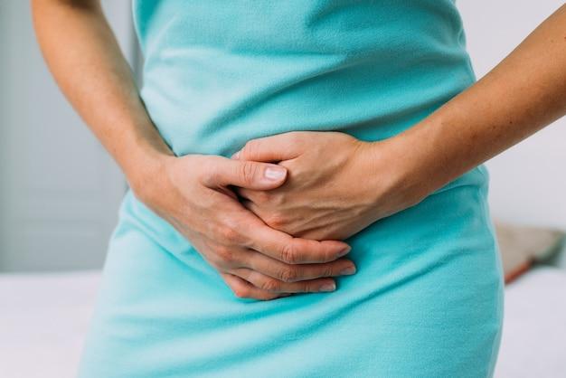 월경으로 인해 하복부에 통증이 있는 여성입니다.