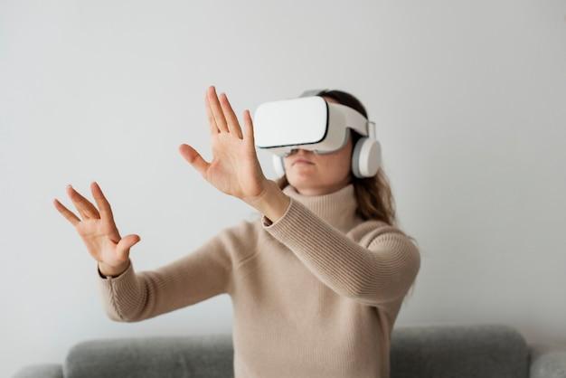 Donna che sperimenta la tecnologia di intrattenimento di simulazione vr Foto Gratuite