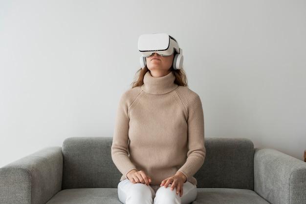 Женщина испытывает технологии развлечений симуляции vr