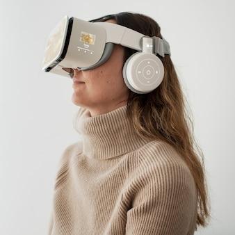 Vr 시뮬레이션 엔터테인먼트 기술을 경험하는 여성 무료 사진