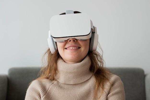 Donna che sperimenta la tecnologia di intrattenimento di simulazione vr