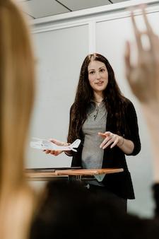 教室で空気力学を説明する女性