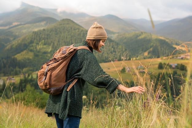美しい田園地帯を探索する女性