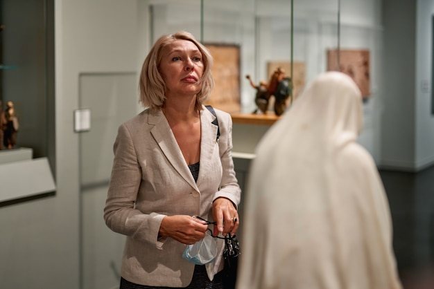 博物館で中世の博覧会を探索する女性