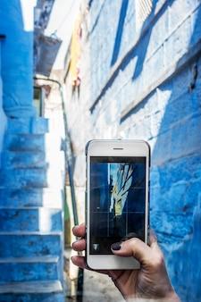 青い街、jodhpur indiaを探索する女性