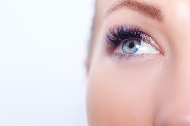 長いまつげを持つ女性の目。まつげエクステ。まつ毛、クローズアップ。