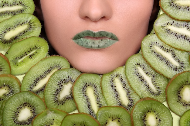 果物の健康的な栄養とダイエットの概念で女性の顔。