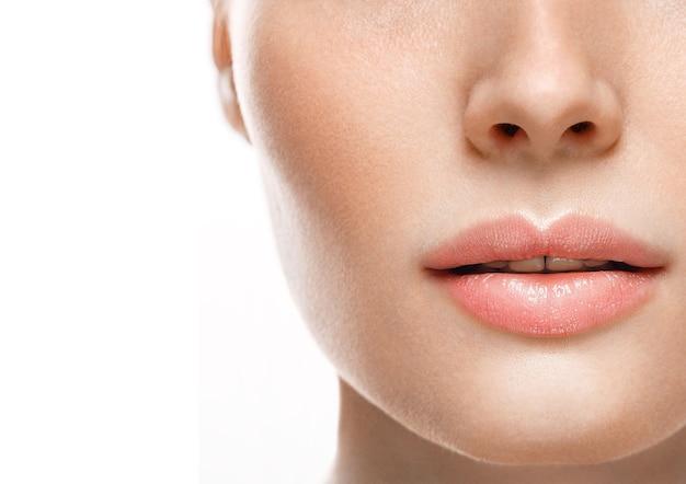Женщина лицо губы и нос студия белый фон крупным планом