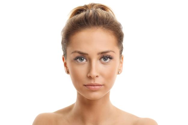 Портрет лица женщины изолирован на белом со здоровой кожей
