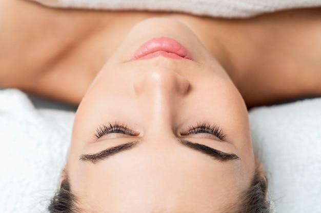피부 관리 및 절차를 준비하는 여자 얼굴을 닫습니다.