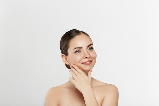 여자 얼굴 피부 관리. 그녀의 깨끗한 피부를 만지고 완벽한 전문 메이크업으로 아름 다운 섹시 한 여자.