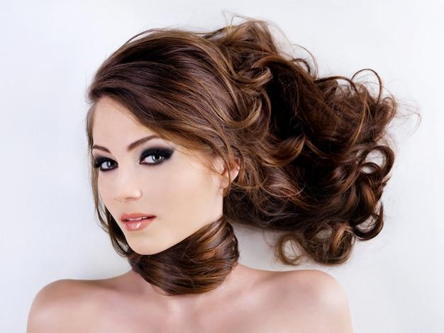 Лицо женщины с красивыми волосами