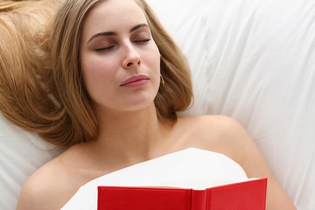 여자는 침대에서 책 숙박과 잠이