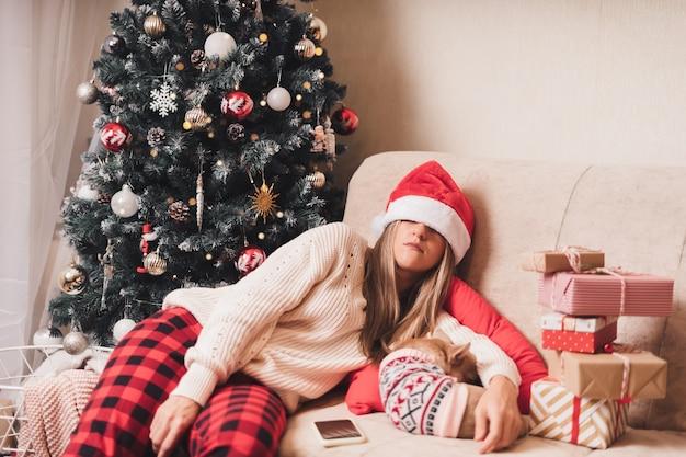 잠들고 크리스마스 선물 포장에 지친 여자