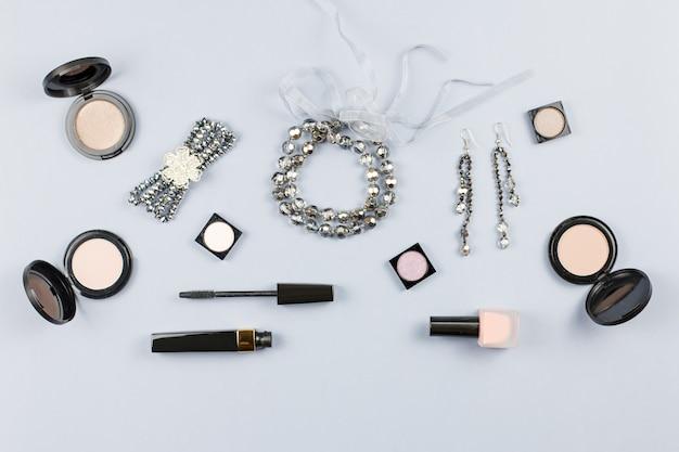 女性ファッションアクセサリー、ジュエリー、スタイリッシュな灰色の背景上の化粧品。フラットレイ