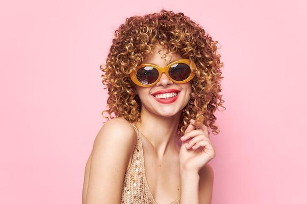 女性ファッション巻き毛笑顔赤い唇サングラス服