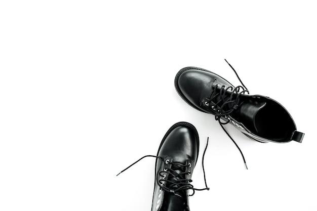 女性のファッションフラットレイ、トップビューのコンセプト。白い背景で隔離の黒い靴。