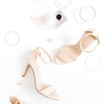 Коллаж женской моды на высоких каблуках и аксессуарах на белом