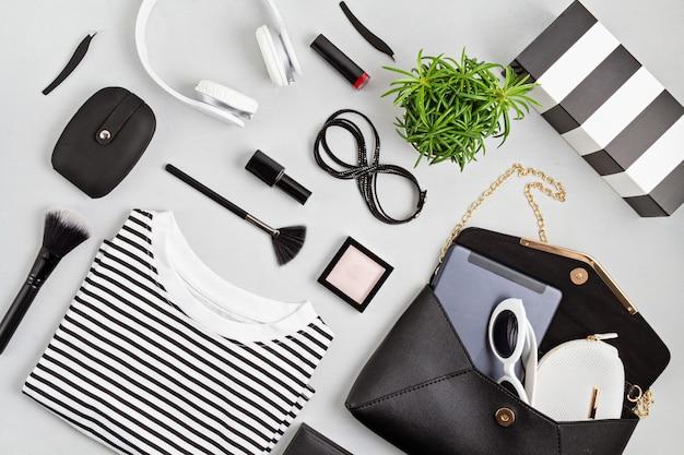 Женский модный наряд и аксессуары, сумочка, блокнот, макияж и наушники в черном и белом цветах. красота, городской наряд и концепция модных тенденций. плоская планировка, вид сверху
