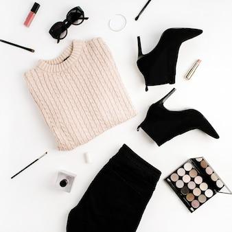 여자 패션 표면 개념입니다. 스웨터, 청바지, 신발, 선글라스, 팔레트, 립스틱. 평면 위치, 평면도