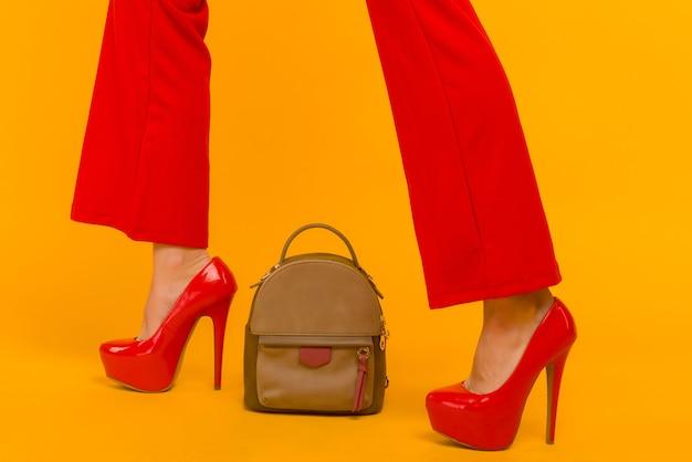 빨간 하이힐과 아름다운 작은 배낭 핸드백과 여성 패션