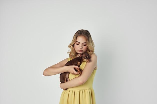 女性のファッショナブルな髪型の明るい背景スタジオ