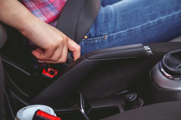 女性はシートベルトを締めます