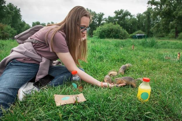 ホリネズミに餌をやる女