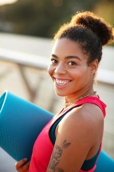 Женщина чувствует себя потрясающе. веселая молодая афроамериканка чувствует себя потрясающе перед тренировкой