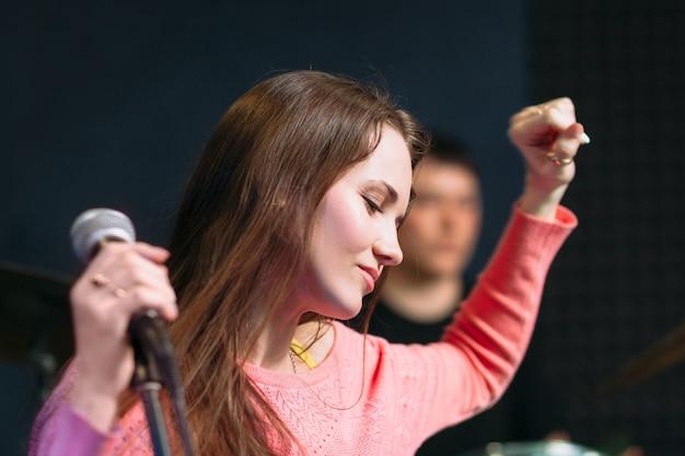 Женщина чувствует драйв на выступлении музыкальной группы