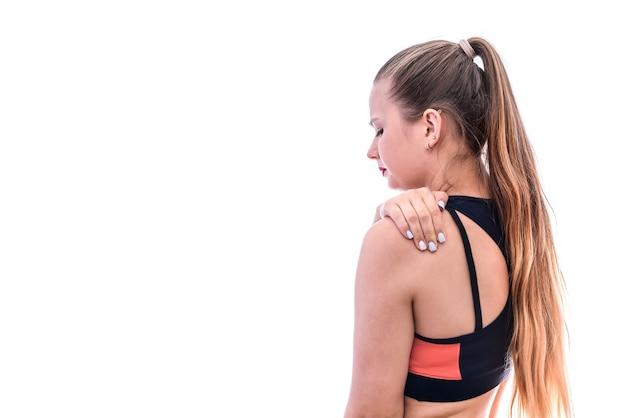 白で隔離の肩の痛みを感じる女性