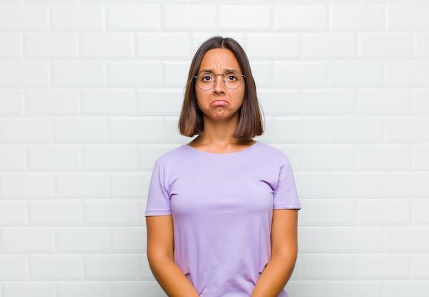 Женщина чувствует себя грустной и напряженной, расстроенной из-за неприятного сюрприза