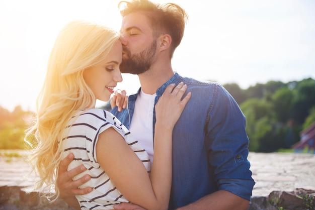彼の腕の中で安全を感じている女性