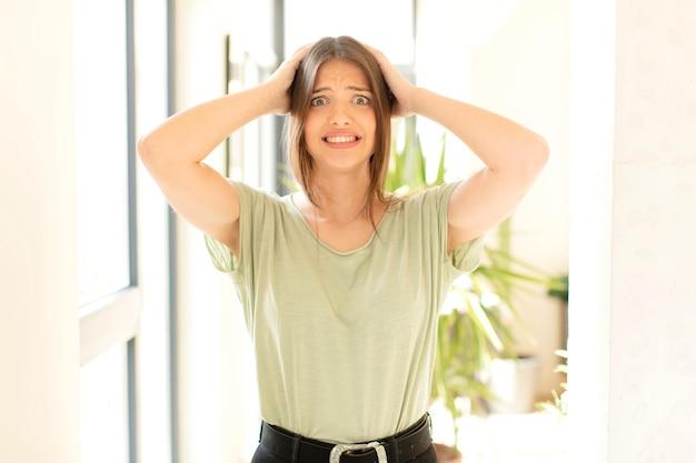 Женщина чувствует стресс, тревогу, тревогу или страх, с руками за голову, паникует из-за ошибки