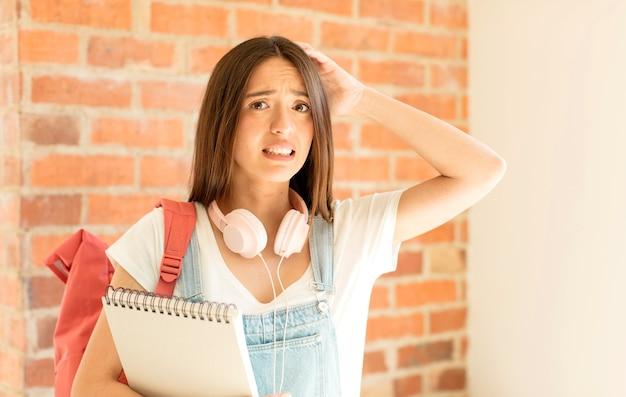 스트레스, 걱정, 불안 또는 겁을 느끼는 여성, 머리에 손을 얹고 실수로 당황