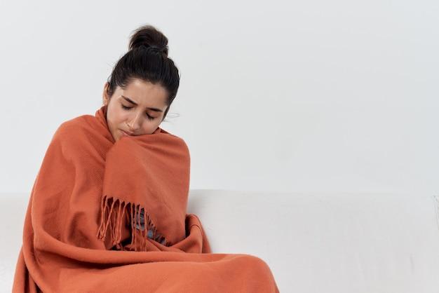 毛布治療で隠れて家で気分が悪い女性