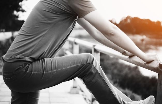 Ноги женщины в парке на закате
