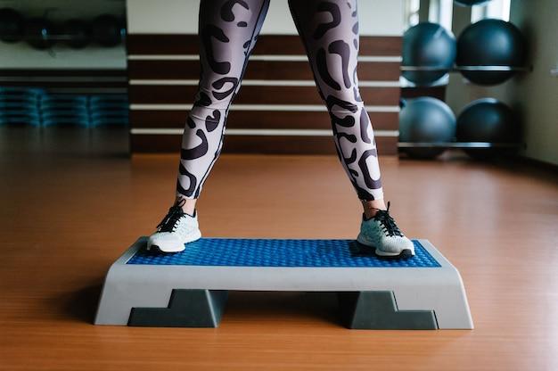 Ноги женщины на платформе