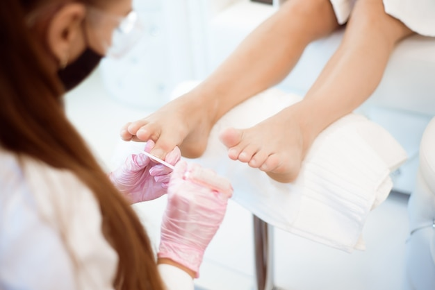Ноги женщины получают педикюр. закройте концепцию.