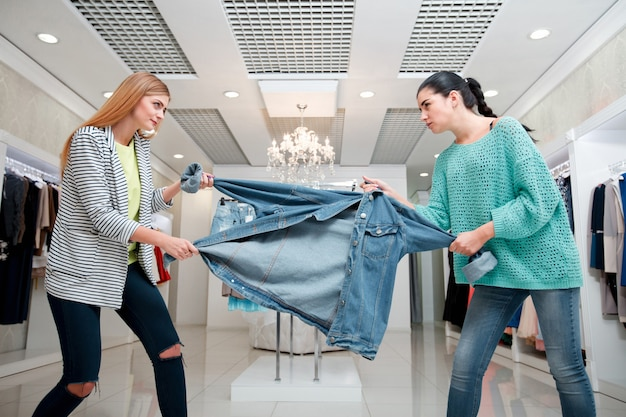 Женщина борется за куртку