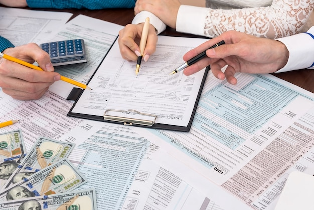 Woman fill 1040 form with advisors help