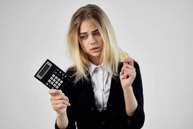 女性フィナンシェ計算機暗号通貨ビットコインインターネット技術