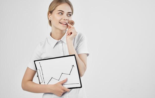 女性フィナンシェ暗号通貨ビットコインが上昇し、インターネットを育てる