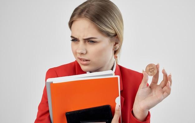 女性フィナンシェの赤いジャケットは暗号通貨ビットコインのeコマースを文書化しています