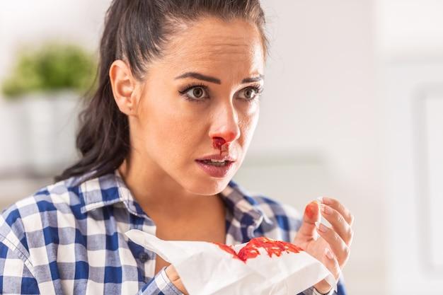 女性は、組織にくしゃみをした後、鼻が出血していることを知りました。