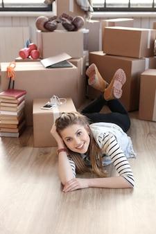 여자는화물 패키지를 완료하고 바닥에 누워있다