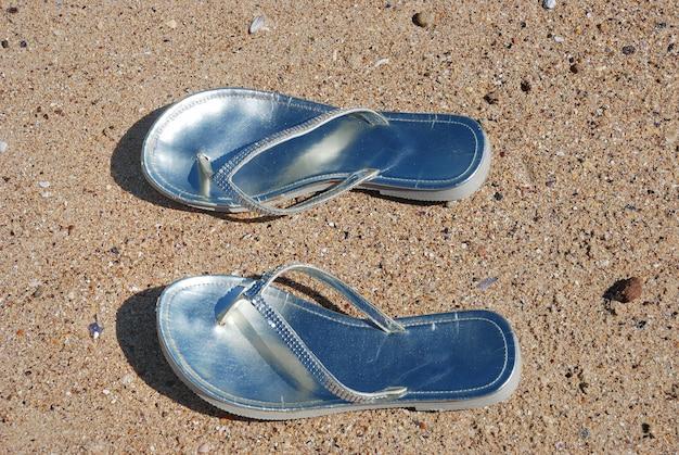ビーチに残された女性のビーチサンダル